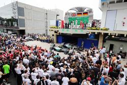 Podio: ganador de la carrera Nico Rosberg, Mercedes AMG F1 W06, con segundo lugar de Lewis Hamilton, Mercedes AMG F1 W06 y tercer lugar Sebastian Vettel, Ferrari