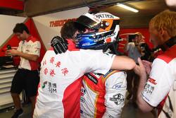 Polesitter Felix Rosenqvist, Prema Powerteam Dallara Mercedes-Benz viert feest met zijn team