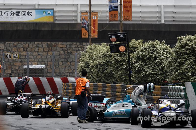 Daniel Juncadella, Fortec Motorsport, Dallara Mercedes; Callum Ilott, Carlin, Dallara Volkswagen, mit Ausfall