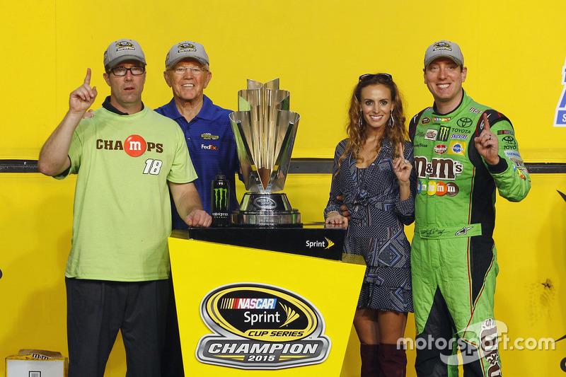 Victory-Lane: Champion NASCAR Sprint-Cup 2015, Kyle Busch, Joe Gibbs Racing, mit Frau Samantha, J.D. und Joe Gibbs