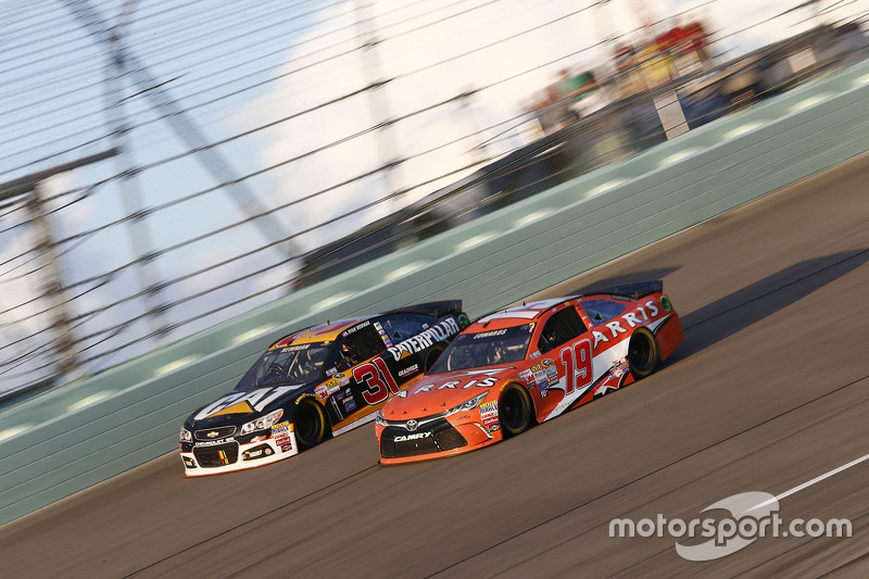 Ryan Newman, Richard Childress Racing Chevrolet; Carl Edwards, Joe Gibbs Racing Toyota