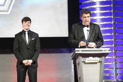 Juara NASCAR Truck Series 2015, Erik Jones bersama Wakil Pimpinan Nascar, Mike Helton