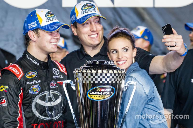 Championship victory lane: NASCAR Camping World Truck Series 2015 champion Ерік Джонс, Kyle Busch Motorsports святкує з власник команди Кайл Буш
