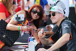 Nico Hulkenberg, Sahara Force India F1 signeert handtekeningen voor de fans