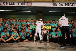 Secondo posto Lewis Hamilton, Mercedes AMG F1 festeggia con il team