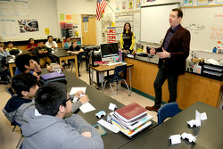 NASCAR-Champion Kyle Busch, Joe Gibbs Racing Toyota, bei der Lawrence Junior High School