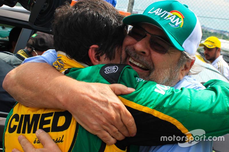Paulo Gomes celebra com Marcos Gomes