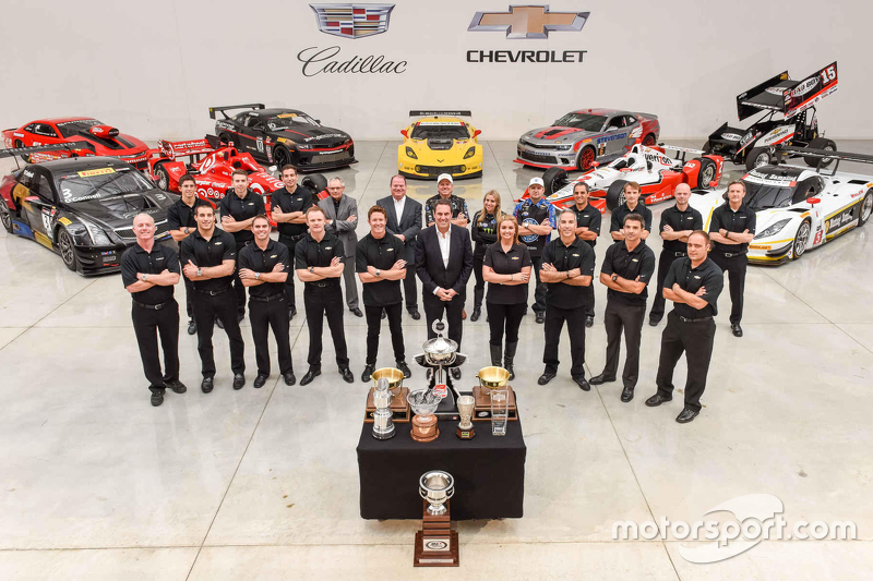 Chevrolet champions та car owners pose для images at the event
