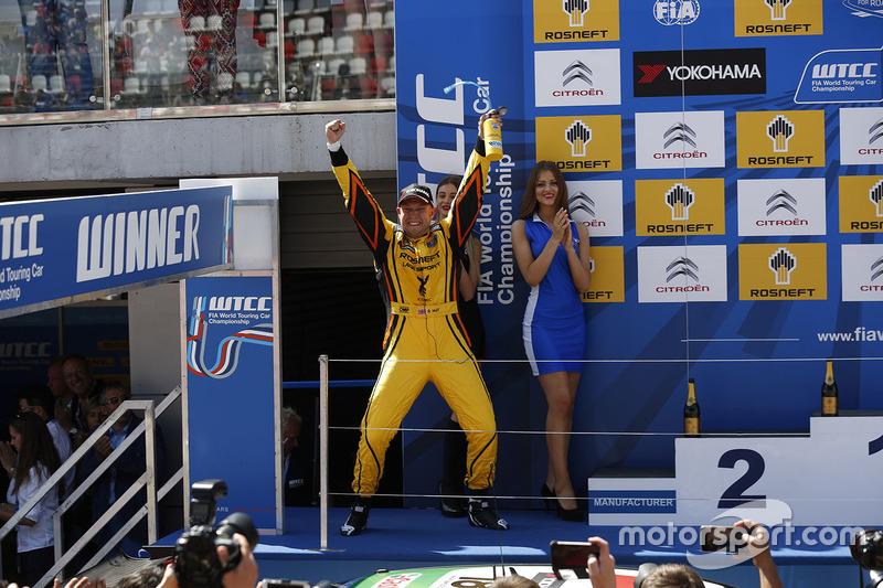 Podium: second place Rob Huff, Lada Vesta WTCC, Lada Sport Rosneft