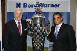 2015 Indy 500 galibiyet sahibi Roger Penske ve galip gelen pilot Juan Pablo Montoya ile Borg-Warner Trophy