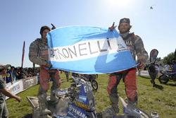 الفائز عن فئة الدراجات الرباعية ماركوس باترونيللي يحتفل مع شقيقه أليخاندرو باترونيللي