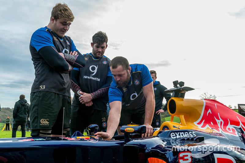 Time de rúgbi conhece carro da Red Bull