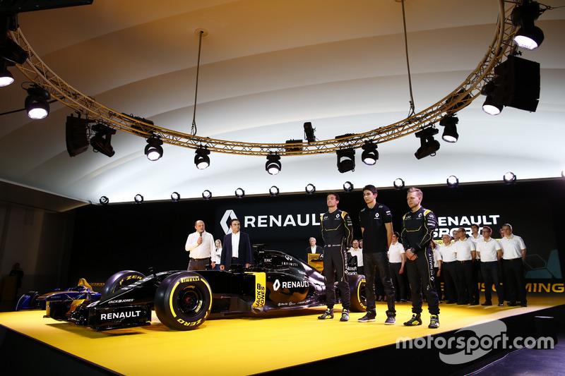 7. Jolyon Palmer, Kevin Magnussen y Esteban Ocon, Renault F1 Team con Carlos Ghosn, Presidente de Renault y Frederic Vasseur, manager del equipo Renault Sport F1
