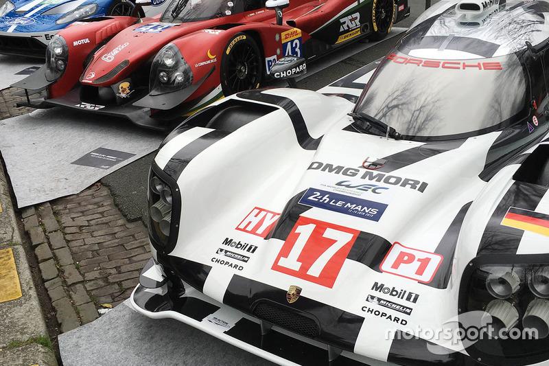 Porsche 919 Hybrid, RGR Sport by Morand Ligier JS P2, Ford GT en la exhibición en las calles de París