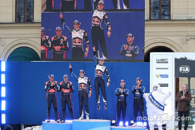 Podio: Ganador Sébastien Ogier, Julien Ingrassia, Volkswagen Motorsport, segundo lugar Hayden Paddon, John Kennard, Hyundai Motorsport, y el tercer lugare Mads Ostberg, Ola Floene, M-Sport Ford