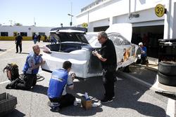 Techneuten werken aan de auto van David Gilliland, Front Row Motorsports Ford