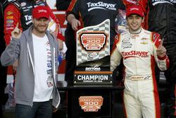 Le vainqueur Chase Elliott, JR Motorsports Chevrolet avec Dale Earnhardt Jr
