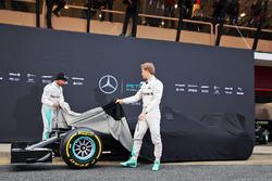 Nico Rosberg, Mercedes AMG F1 Team, und Lewis Hamilton, Mercedes AMG F1 Team, enthüllen den Mercedes AMG F1 W07
