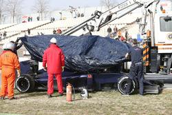 De Scuderia Toro Rosso STR11 van Max Verstappen wordt terug naar de pits gebracht na mechanische pech