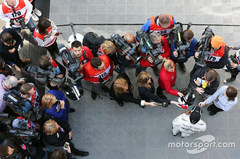 Льюис Хэмилтон, Mercedes AMG F1 Team со СМИ