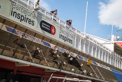 Esteban Gutiérrez, equipo de F1 de Haas VF-16 es llevado  hacia atrás a los pits