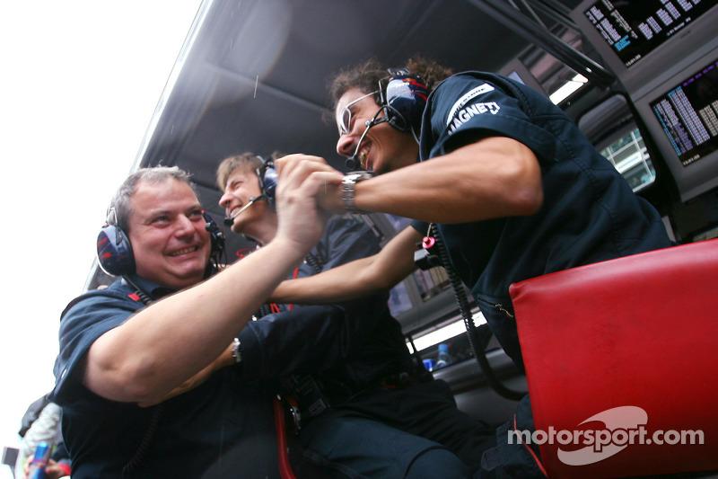 Ingenieros de Scuderia Toro Rosso celebran la pole position de Sebastian Vettel