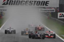 Sebastian Vettel, Scuderia Toro Rosso, STR03 en Heikki Kovalainen, McLaren Mercedes, MP4-23