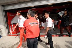 Los técnicos de Bridgestone miran las celebraciones posteriores a la carrera
