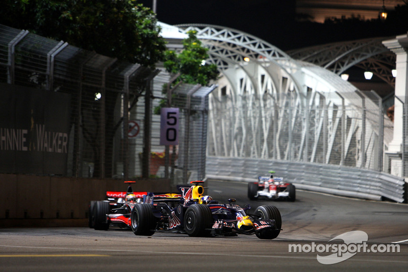 David Coulthard, Red Bull Racing, RB4 y Lewis Hamilton, McLaren Mercedes, MP4-23