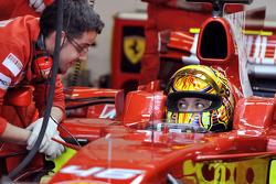 فالنتينو روسي في سيارة فيراري اف2008