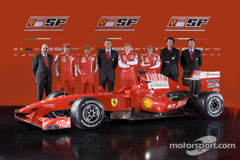 Diseñador en jefe Nicholas Tombazis, Marc Gene, Felipe Massa, director del equipo Ferrari Stefano Domenicali, Kimi Raikkonen, Luca Badoer, jefe del Departamento de motor Gilles Simon y y Aldo Costa con el nuevo Ferrari F60