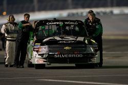 Le truck Chevrolet de Chad McCumbee est ammené à la grille de départ