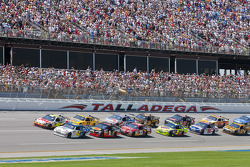 Start: Juan Pablo Montoya, Earnhardt Ganassi Racing Chevrolet and Greg Biffle, Roush Fenway Racing Ford lead the field