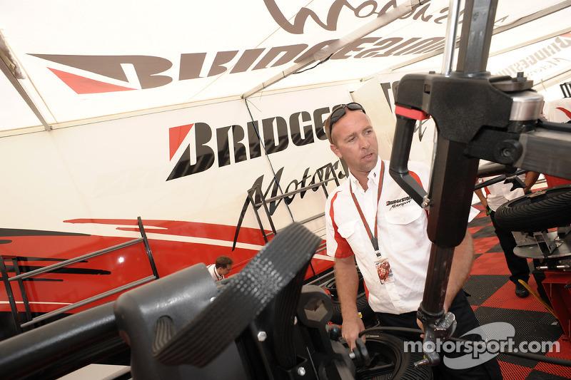 Miembro del equipo de Bridgestone en el trabajo