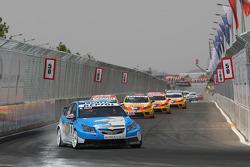 Robert Huff, Chevrolet, Chevrolet Cruze leads Gabriele Tarquini, Seat Sport, Seat Leon 2.0 TDI