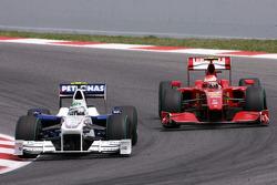 Nick Heidfeld, BMW Sauber F1 Team et Kimi Raikkonen, Scuderia Ferrari