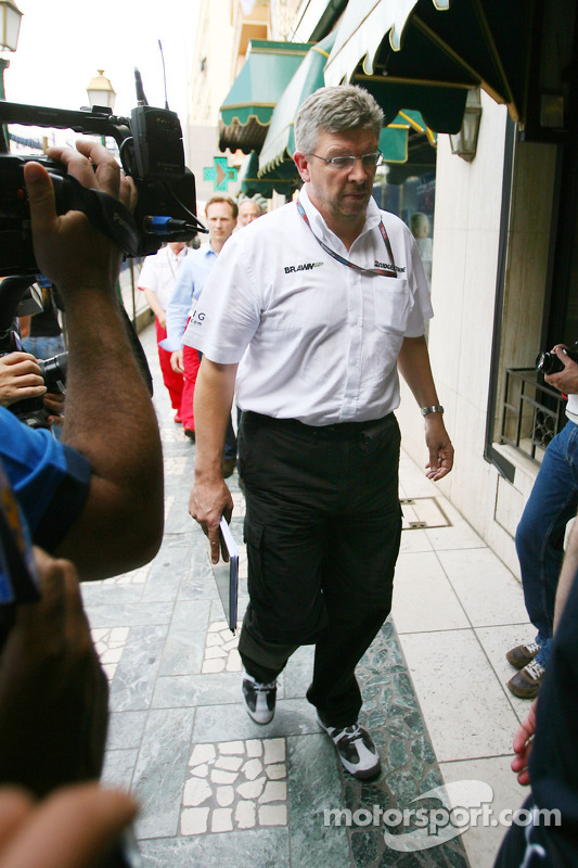 Ross Brawn teambaas Brawn GP op meeting bij Bernie Ecclestone en Max Mosley