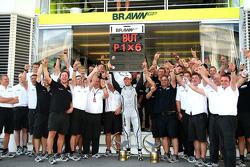 Jenson Button, Brawn GP, feiert mit dem Team