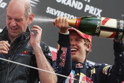 Podio: carrera ganador Sebastian Vettel, Red Bull Racing con Adrian Newey, Red Bull Racing, Director técnico de operaciones
