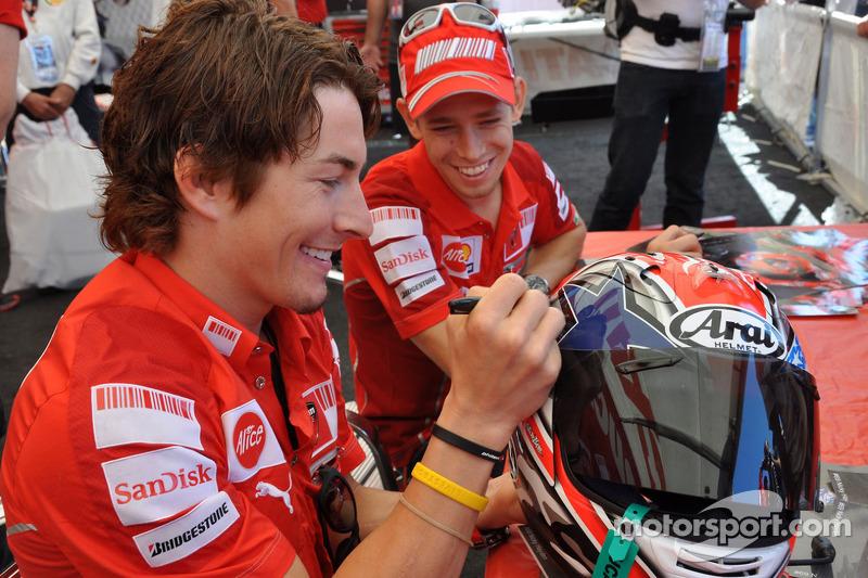 Nicky Hayden, Ducati Marlboro Team y Casey Stoner, Ducati Marlboro Team firmará autógrafos en el área de fans
