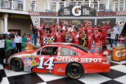 Victory lane: race winner Tony Stewart, Stewart-Haas Racing Chevrolet celebrates with his team