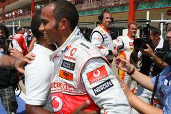 Pole:  Kazanan Lewis Hamilton, McLaren Mercedes kutlama yapıyor ve babası Anthony Hamilton