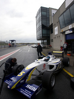 Alex Brundle changes onto slicks during qualifying
