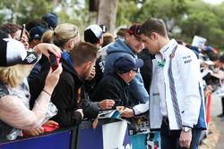Paul di Resta, Williams-Ersatzfahrer, schreibt Autogramme für die Fans