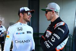 Jenson Button, McLaren con Nico Hulkenberg, Sahara Force India F1