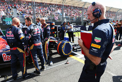 Adrian Newey, Red Bull Racing Chief Technical Officer met de Scuderia Toro Rosso STR11 van Max Verstappen op de grid