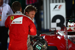 Третье место - Себастьян Феттель, Ferrari и победитель - Нико Росберг, Mercedes AMG F1 Team в закрытом парке