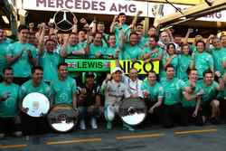 Lewis Hamilton en Nico Rosberg, Mercedes AMG F1 Team, vieren met het team