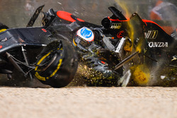 Fernando Alonso, McLaren MP4-31 in un enorme incidente