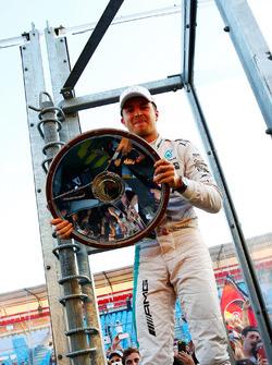 Переможець гонки - Ніко Росберг, Mercedes AMG F1, святкує з фанатами